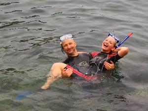 Vader en dochter genieten van snorkel trip