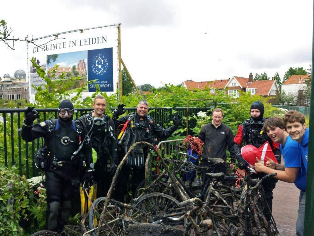De duikers en opgeviste fietsen