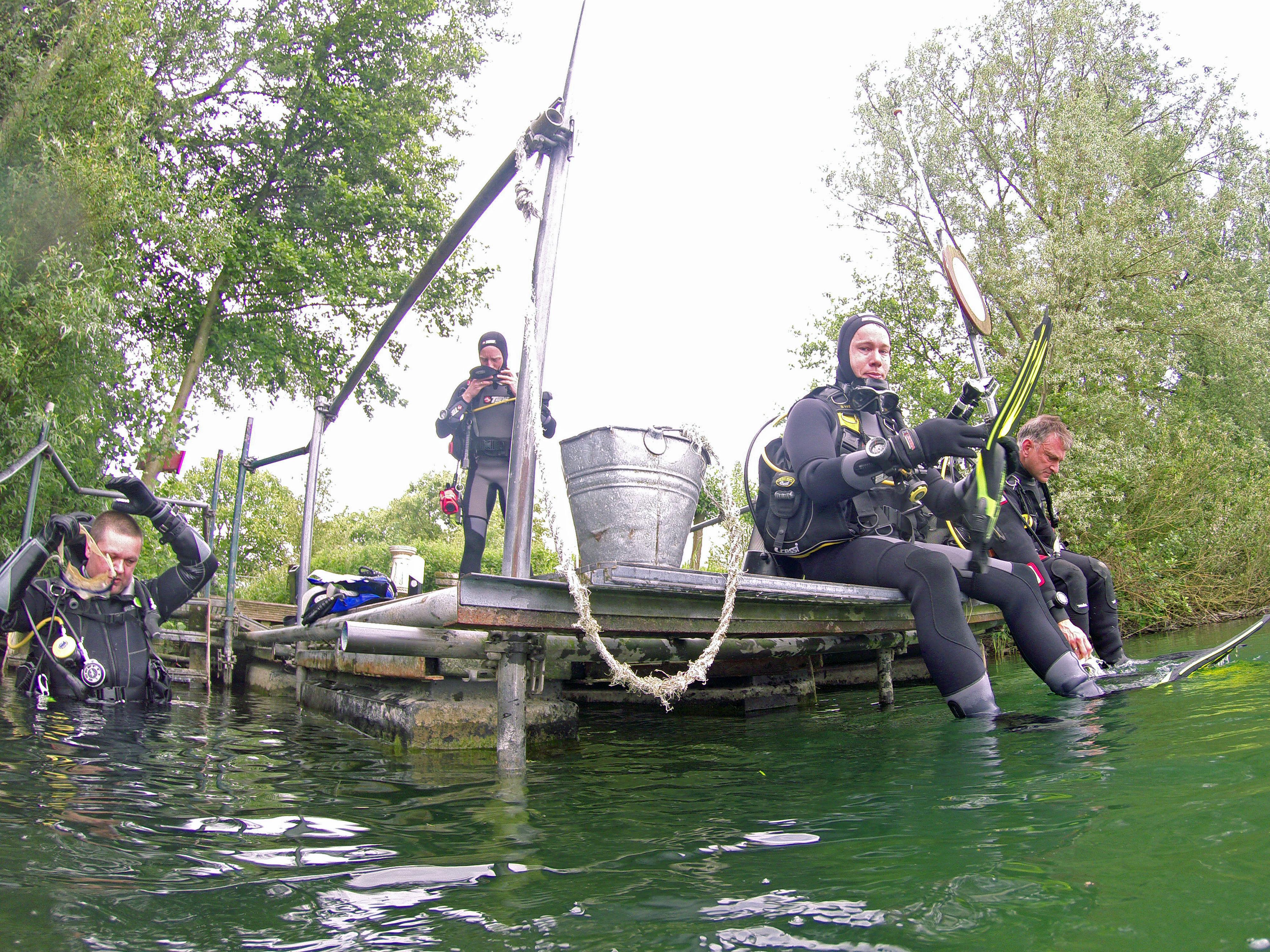 De Calypso duikers maken zich klaar voor een duik in de Beldert